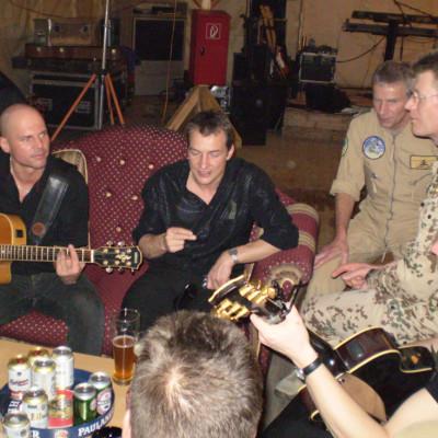 gemeinschaftliches Musizieren mit den Soldaten in Termez/Usbekistan